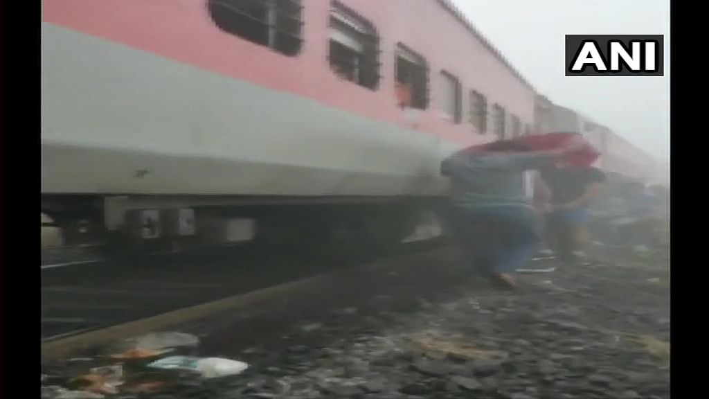 8 coaches of  Mumbai-Bhubaneswar Lokmanya Tilak Express derail in Odisha; 40 people injured