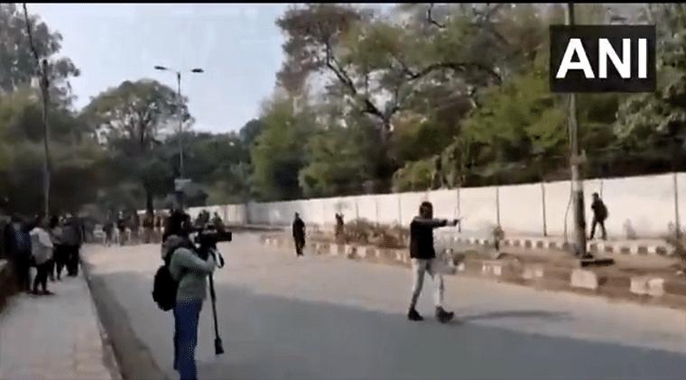 Man brandishes gun at Jamia students, shouts 'Yeh lo azaadi'