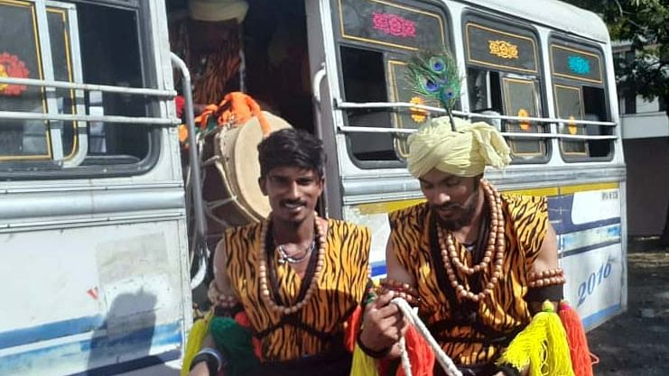 Bhopal: Foreign artists get luxury cars, locals given mini bus