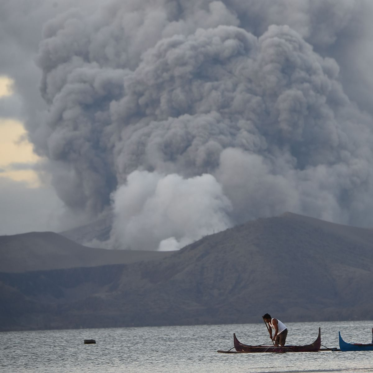 Philippines' volcano threat high despite 'lull'