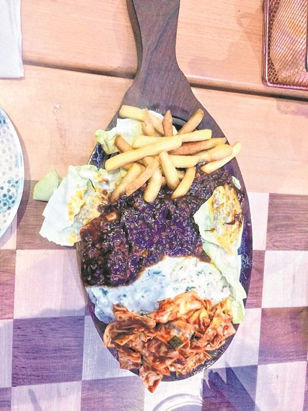 Restaurant Reviews: Fit for a queen