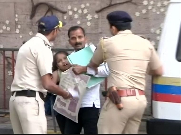 Mumbai: Farmer, minor daughter detained outside CM Thackeray's residence