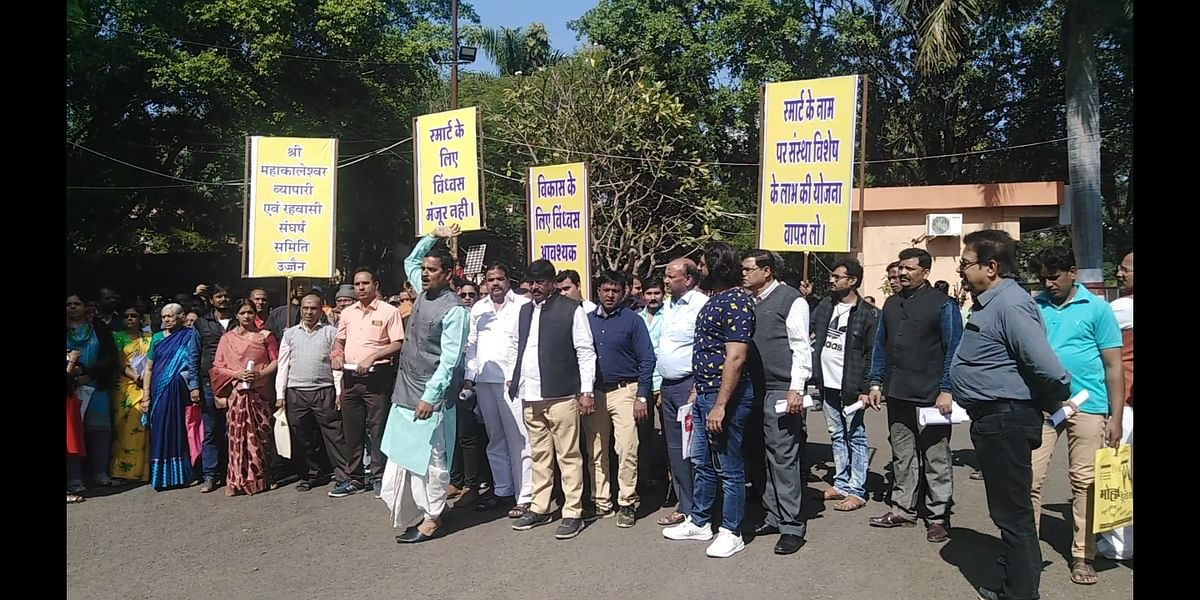 The to-be-affected people under 'Mahakal expansion plan' staging a protest in front of the T&CP office.