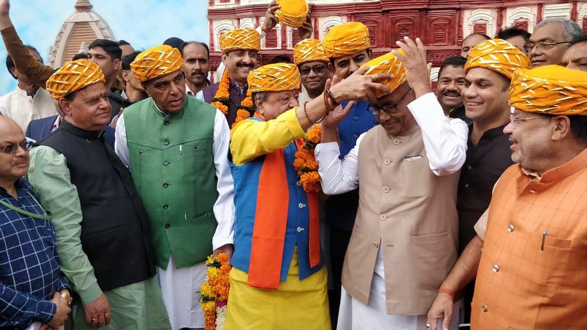 BJP general secretary Kailash Vijayvargiya offers 'Malvi pagdi' to Congress senior member Digvijay Singh, who was part of parliamentary standing committee that visited Indore on Wednesday.  Digvijay in return pinched Vijayvargiya spreading laughter all around.