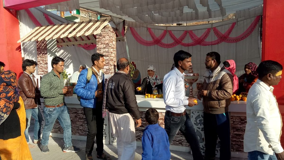 Deed of Humanity: Muslims serve devotees with refreshments in Ujjain