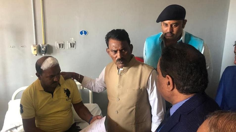 Health minister Tulsi Silawat on Wednesday visited Choithram Hospital to meet the victims of mob lynching in Manawar.