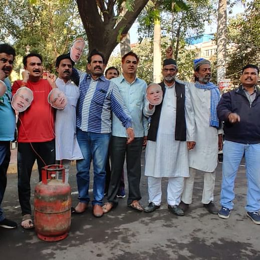 Indore: Congress protests LPG rate hike, chant slogans 'Azadi' from Modi government