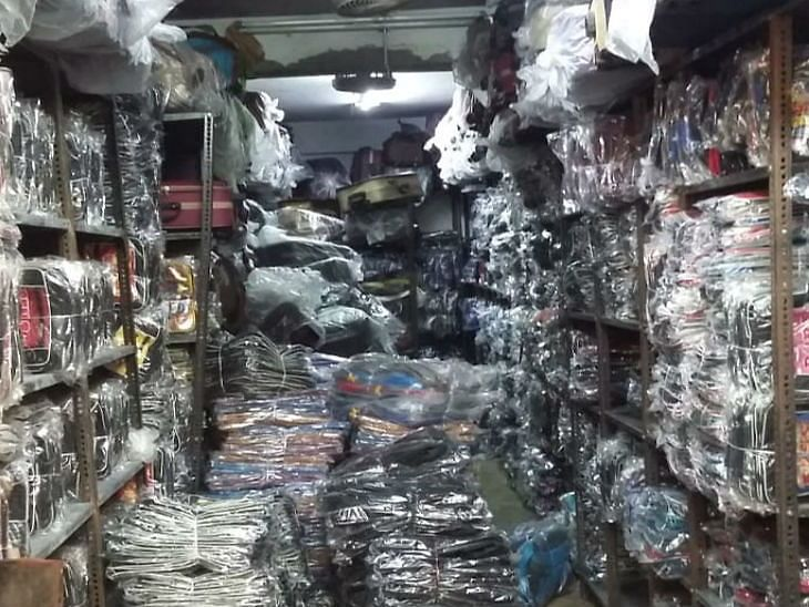 Indore: 3 shopkeepers sold bags with big brand logos, held