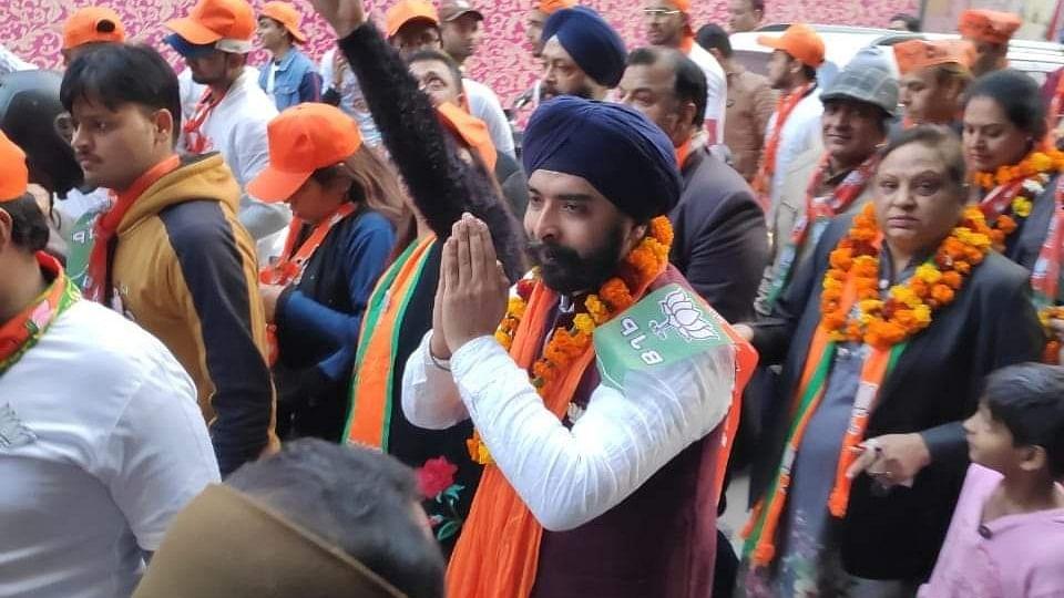 'Ye to surgical strike kar diya': Netizens in splits after Tajinder Pal Singh Bagga enters AAP office to seek votes