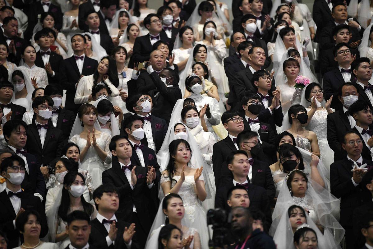 Coronavirus outbreak: Mass wedding defies virus fears in South Korea