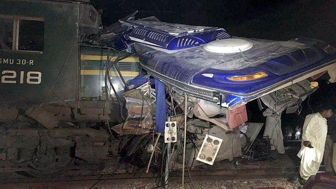 Pakistan: Train, bus collision kills 20
