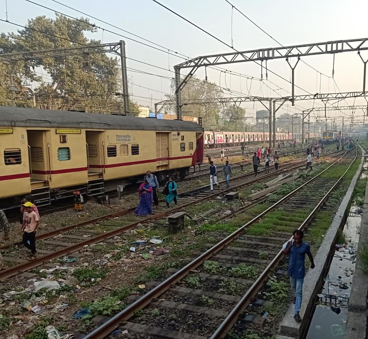 Mumbai Local: Suburban services on Central Railway disrupted after Latur express engine failed at Dadar station