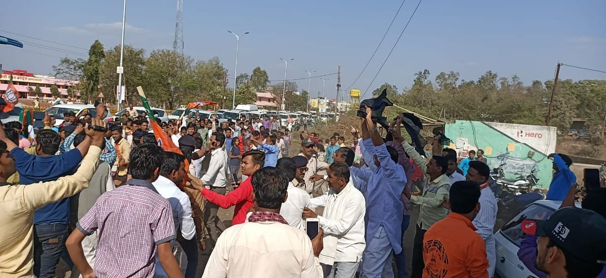 Madhya Pradesh: Congress workers take to road opposing Shivraj Singh Chouhan's convoy in Agar