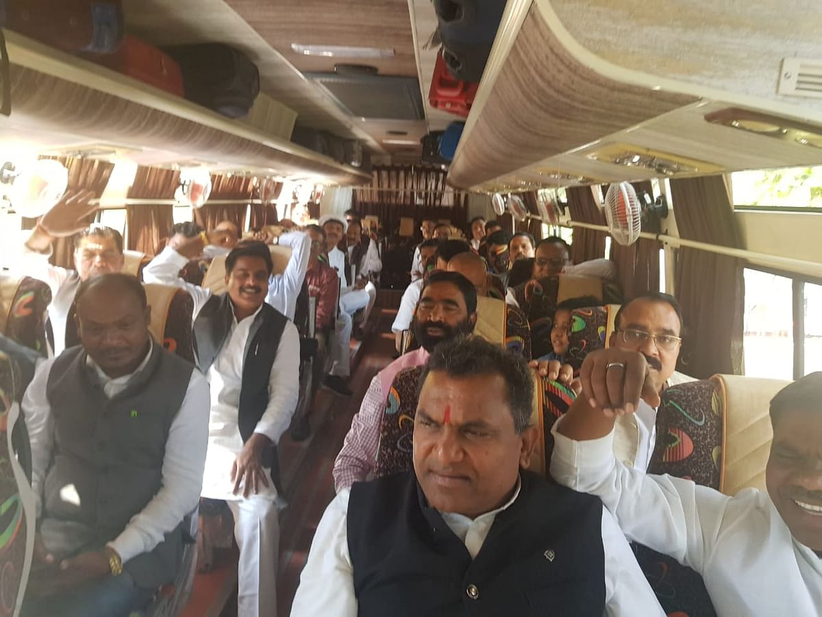 Congress MLAs in the bus heading to Jaipur