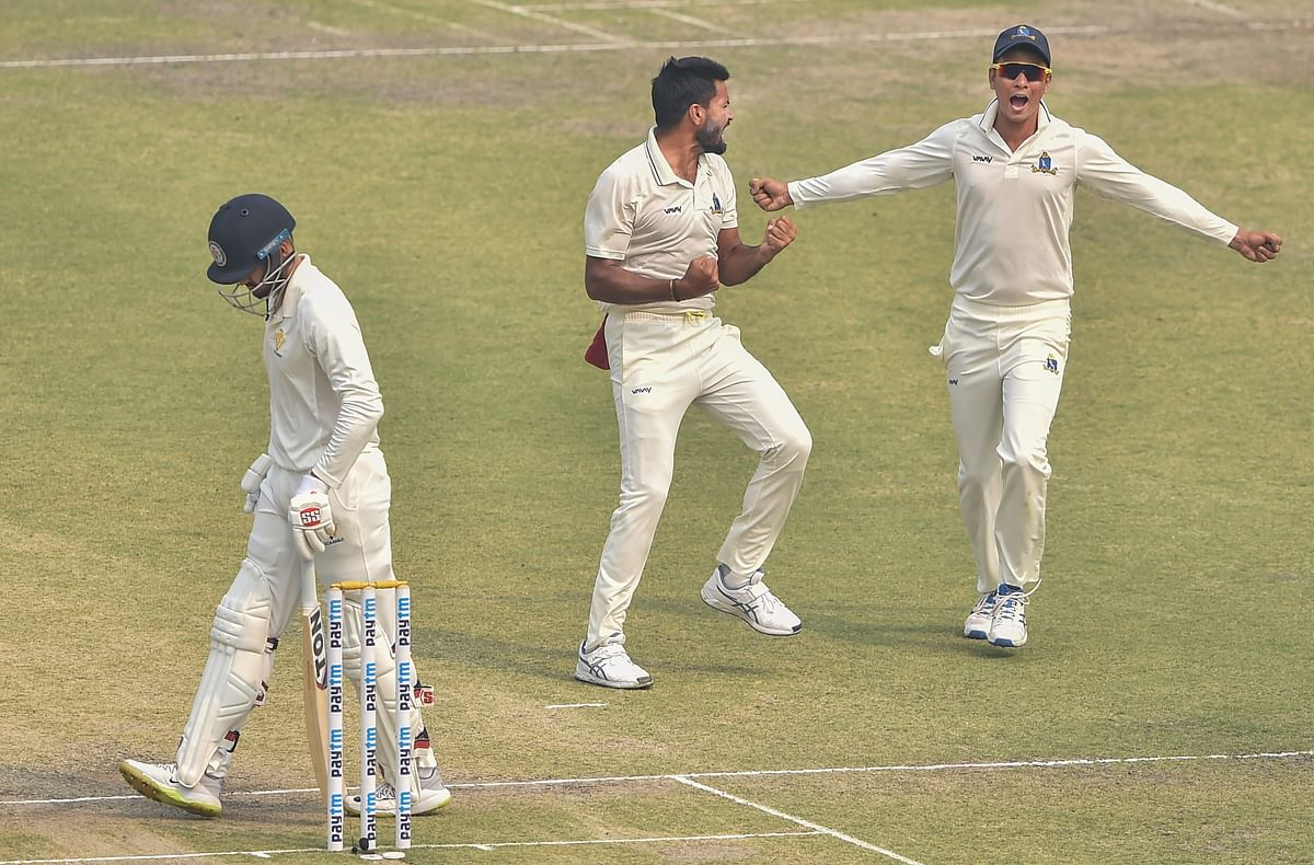 Bengal bowler Mukesh Kumar celebrates with his teammates after dismissing  Karnataka batsman Manish Pandey (L)