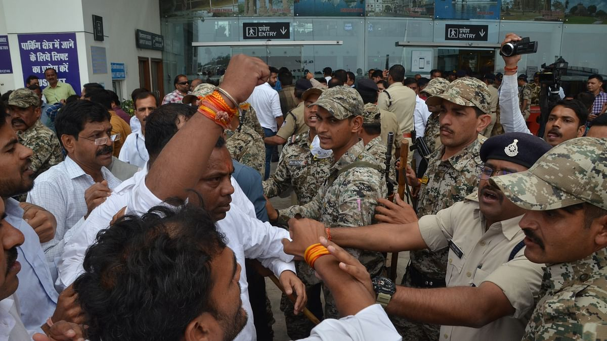 Madhya Pradesh: Waiting for Rebel MLAs return from Bengaluru, BJP and Cong supporters come face to face at Bhopal airport