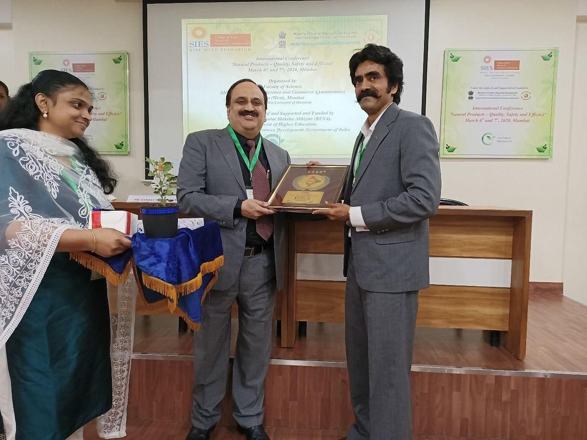 Dr. Sarfare felicitates Sanjeev Pendharkar Director, Vicco Laboratories