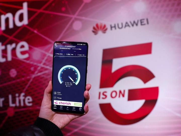 A staff member tests the speed with a Huawei 5G mobile phone.