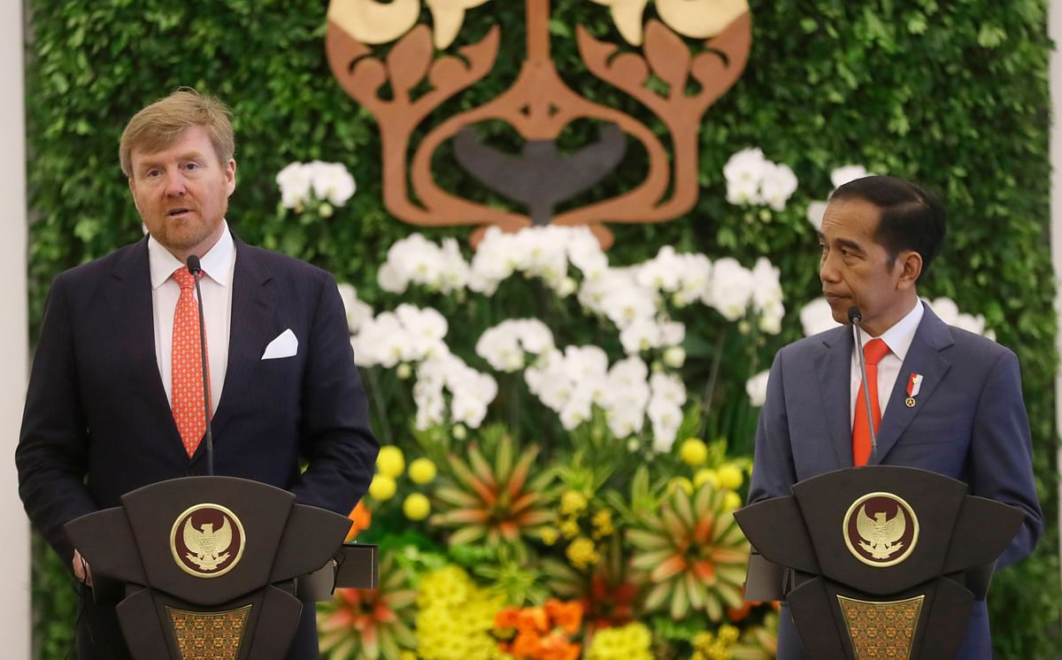 King Willem-Alexander of the Netherlands (L) talks next to Indonesian President Joko Widodo during a joint press conference at the presidential palace in Bogor, West Java on March 10, 2020.
