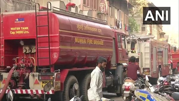 Mumbai: Fire breaks out in a slum at Dhobi Ghat in Byculla