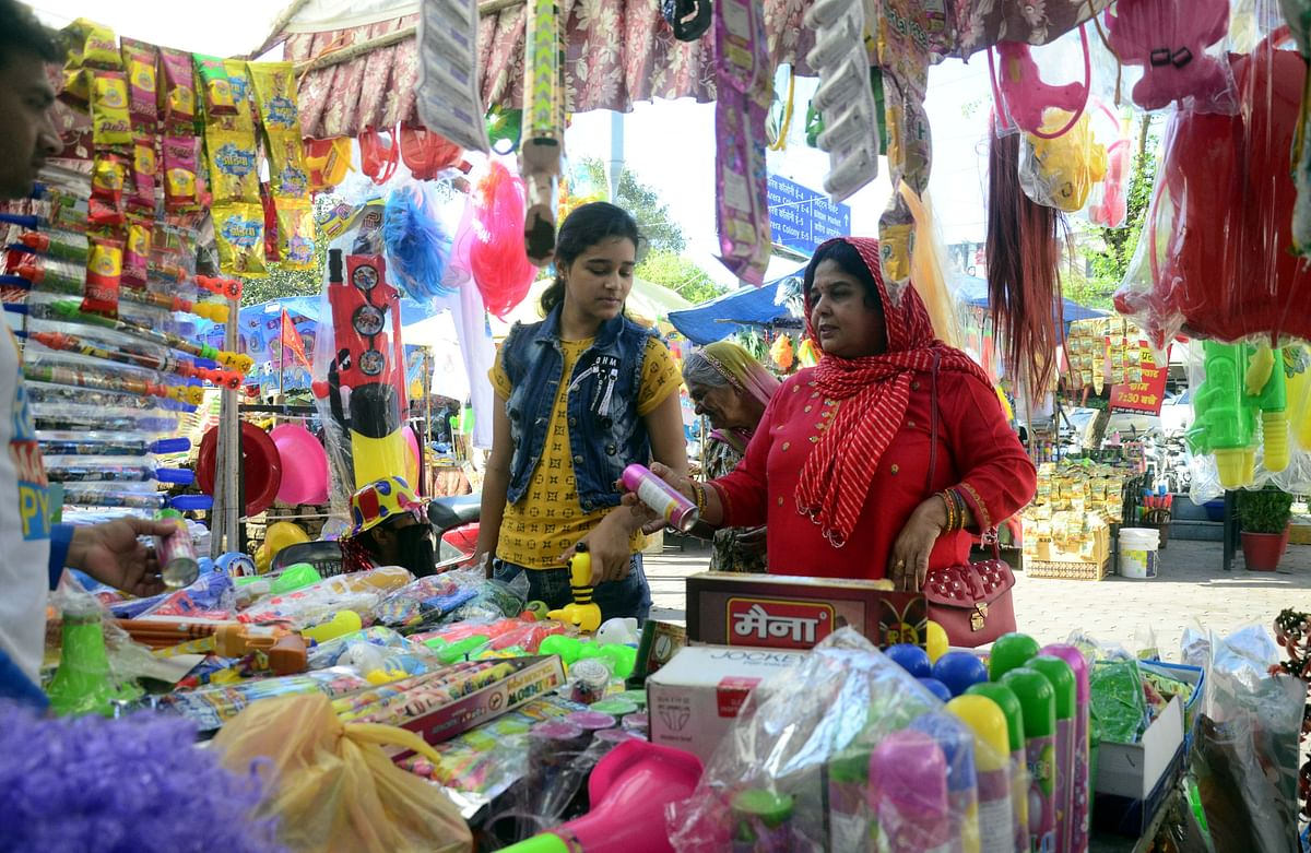Bhopal: Indian colour & water guns flood market ahead of Holi, Chinese products disappear