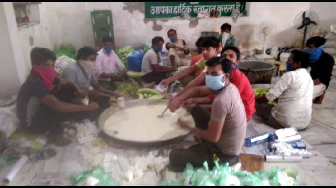 Hundreds line up to gorge on kheer, poori and veggies at Raj Cong MLA Ramkesh Meena's house
