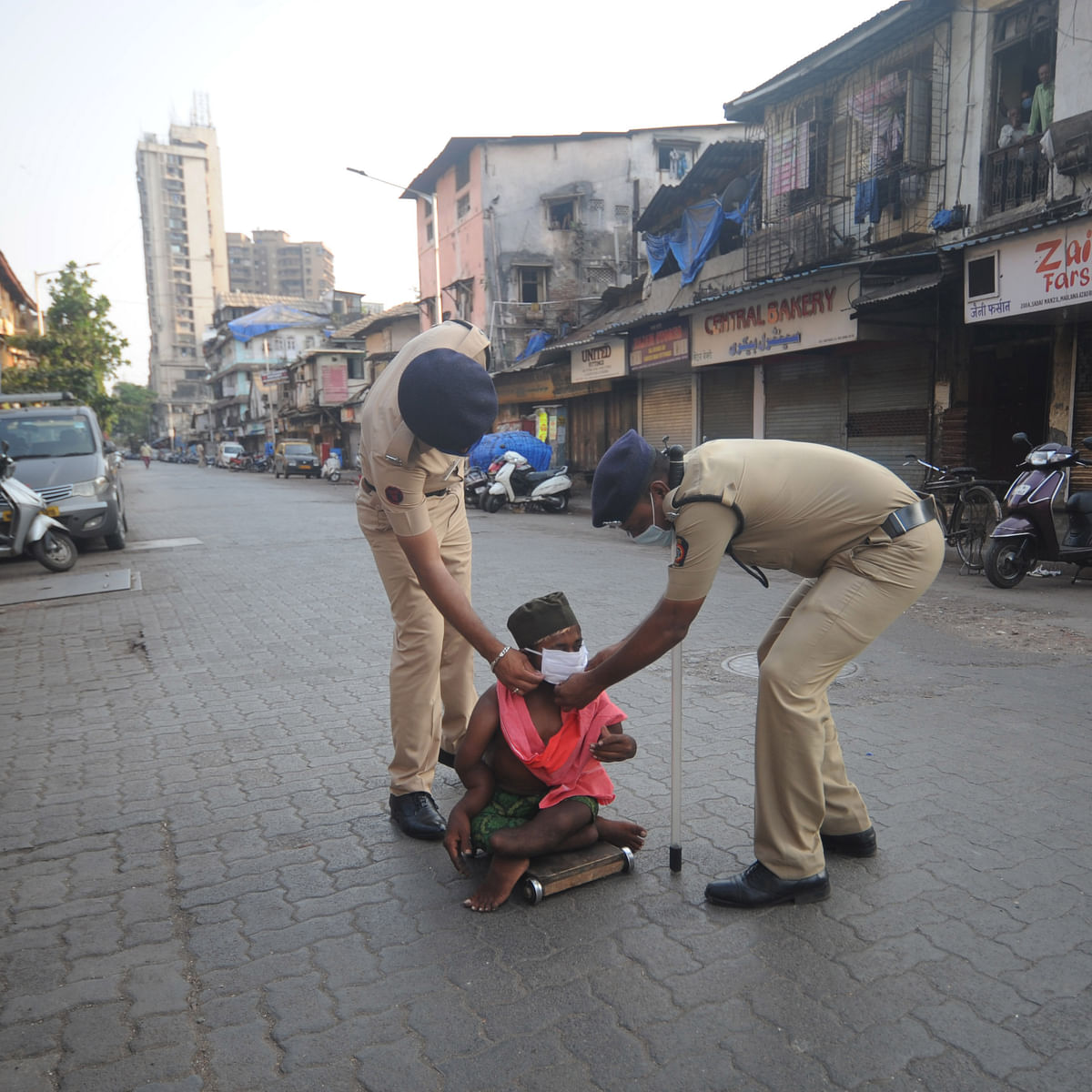 Kolhapur: Police saves a labourer who fell unconscious due to hunger
