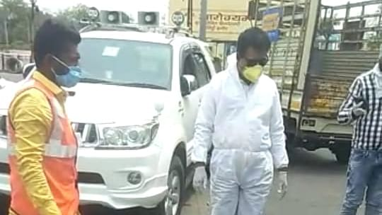 Indore: MP Lalwani ferries injured youth to hospital in official car