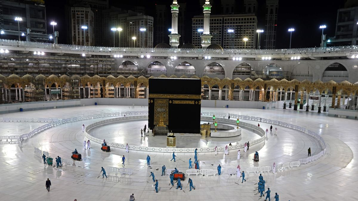 Sanitation workers disinfect the area arround the Kaaba in Meccas Grand Mosque, on the first day of the Islamic holy month of Ramadan.