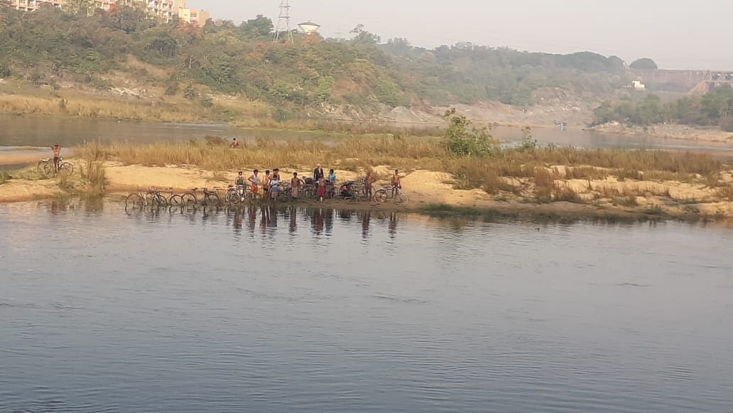 Heartbreaking: As states enforce lockdown, migrants swim from Bengal to Jharkhand to get home