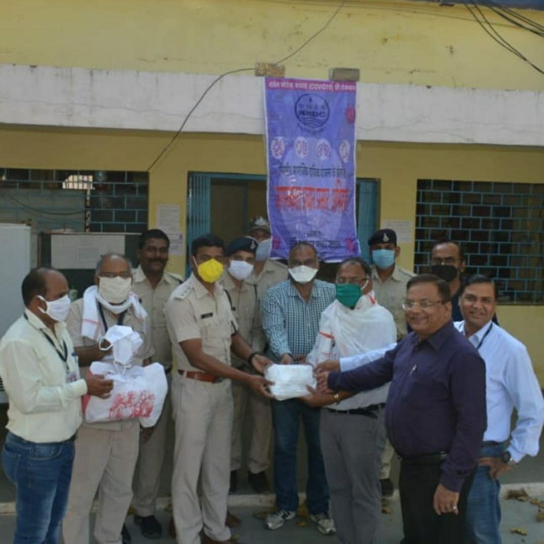 Madhya Pradesh: NHDC distributes gloves and cotton masks to cops at Narmada Nagar