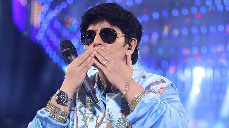 Navratri queen Falguni Pathak entertains neighbours by singing from her balcony amid lockdown