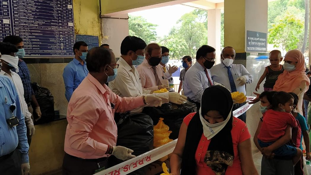 Union Bank Of India employees distribute food to migrant workers