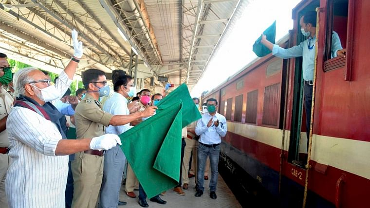 Coronavirus lockdown: Special train carrying 847 migrants leaves for Lucknow from Nashik