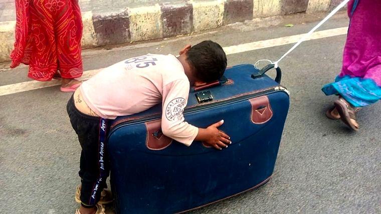 Unspeakable: Twitter heartbroken over video of migrant kid sleeping on mother's suitcase travelling on foot