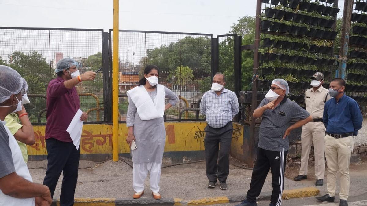 IMC commissioner Pratibha Pal along with municipal officials/ File Pic