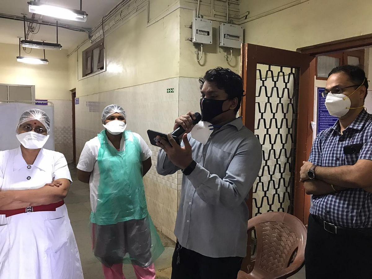 Music therapy in times of corona: Thane music teacher travels to Kurla to sing for COVID-19 patients