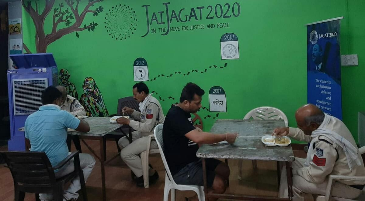 Bhopal: Jai Jagat kitchen serves fair, dishes out love for corona warriors