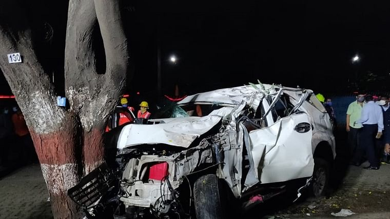 1 killed, three injured after car rams into tree in Thane