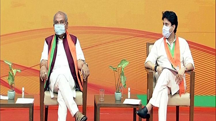BJP leader Jyotiraditya Madhavrao Scindia (R)