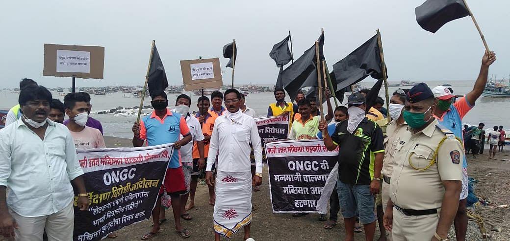 Fishermen oppose seismicsurvey, nod to fishing in breeding season; stage black flag protest at sea fronts in Uttan