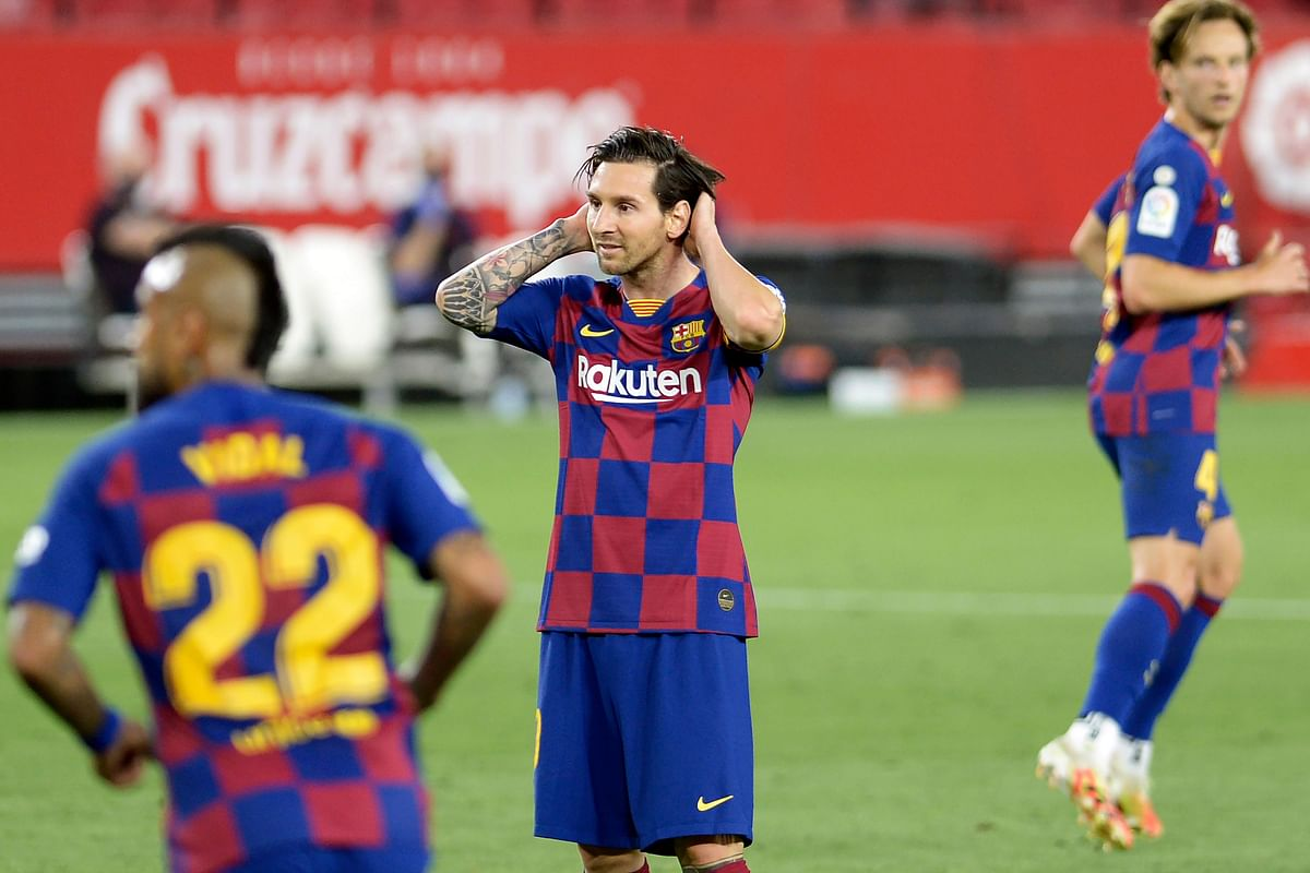 Barcelona's Argentinian forward Lionel Messi (C) reacts after missing a goal opportunity during the Spanish league football match