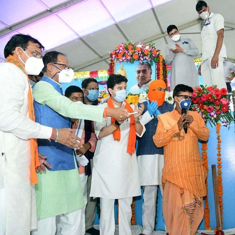 Madhya Pradesh Bypolls: Shivraj Singh Chouhan and Jyotiraditya Scindia sound election bugle from Hatpipliya, Agar
