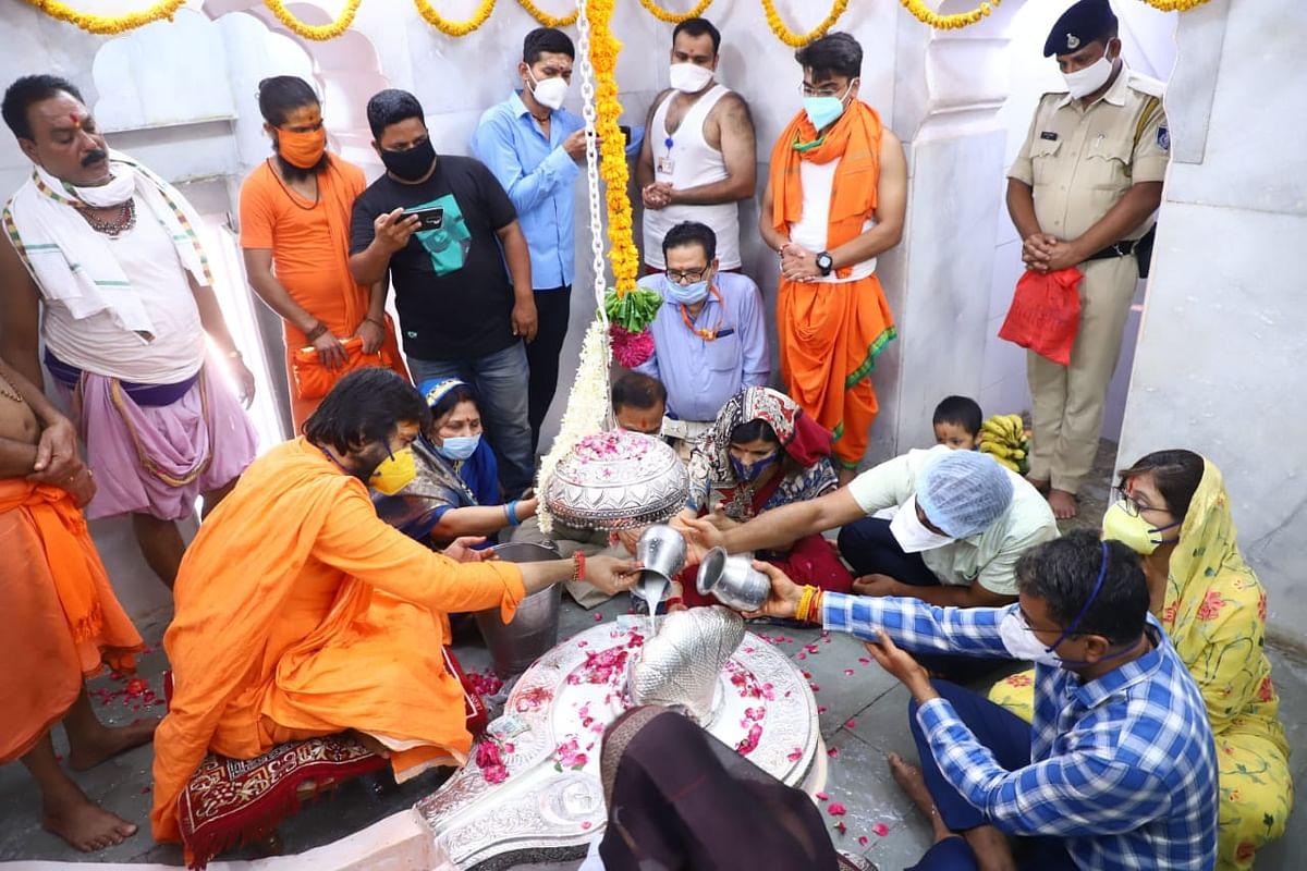 Ujjain: Amid pandemic, devotees offer prayers to lord Nagchandreshwar via online streaming on 'Nag Panchami'