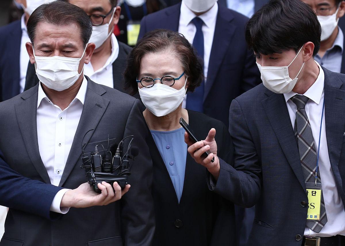 Lee Myung-hee (C), widow of former Korean Air chairman Cho Yang-ho.