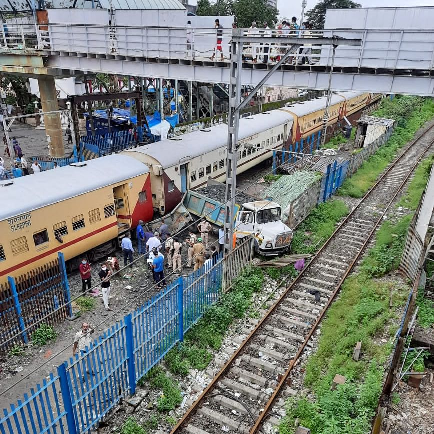 See horrific pics of truck colliding with train near Kandivali station