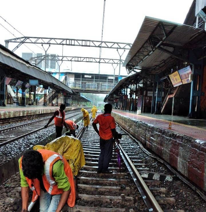 Central Railway corona warriors carry out maintenance work during mega block in spite of rains
