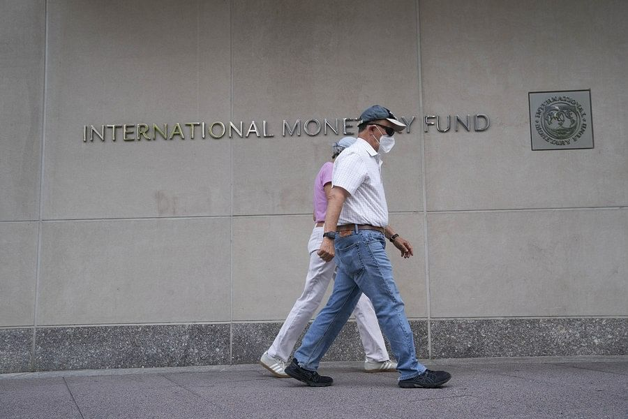 People walk past the headquarters of the International Monetary Fund (IMF) in Washington, D.C., the United States, July 17, 2020. (Xinhua/Liu Jie)