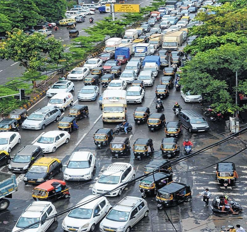 Huge traffic snarls on WEH, Vashi Toll Naka amid heavy showers