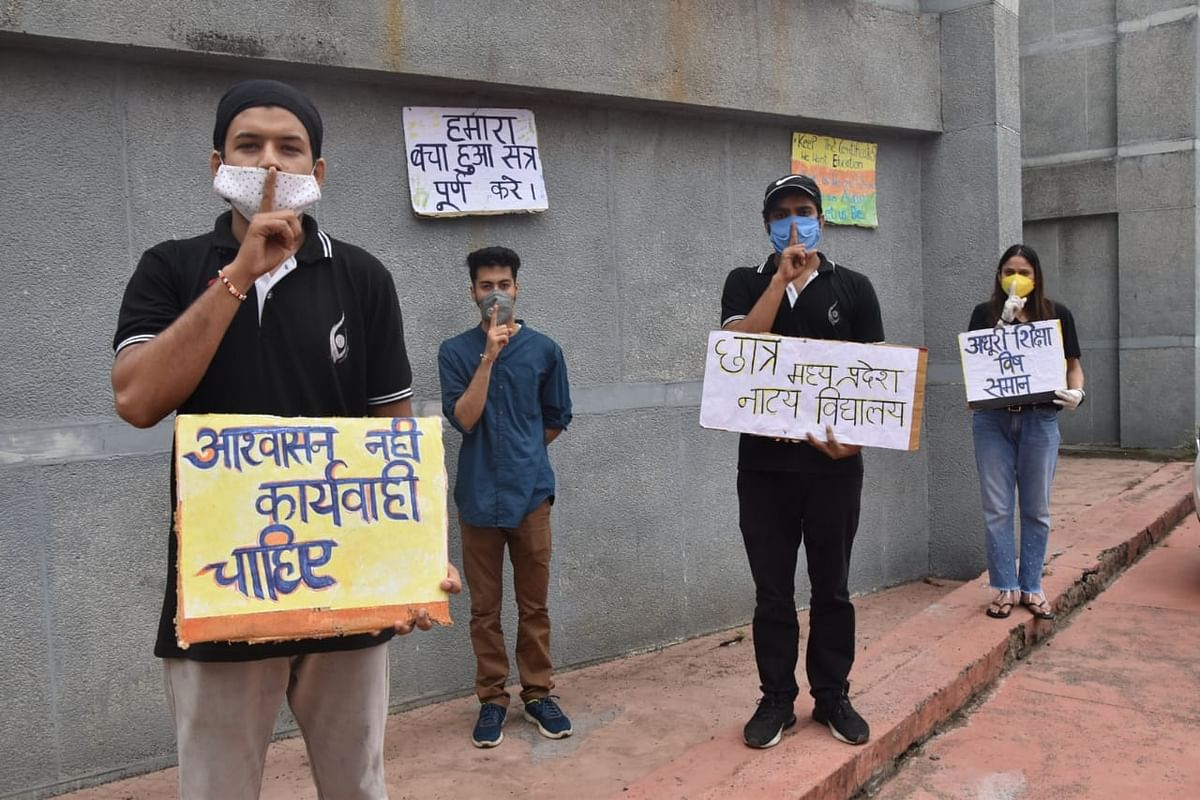 Bhopal: Irked over an incomplete session, students of Madhya Pradesh School of Drama observe peaceful protest